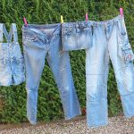 jeans op waslijn of in de wasdroger